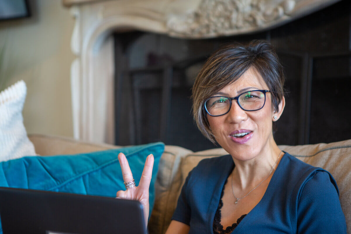 Female founder, Christina Sjahli, Virtual CFO at CS Consulting giving the peace sign
