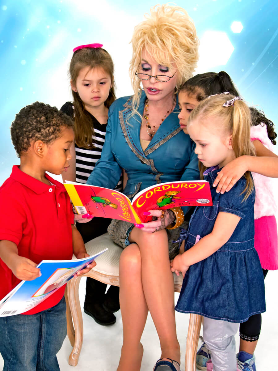 Dolly Parton reading to 4 chidlren