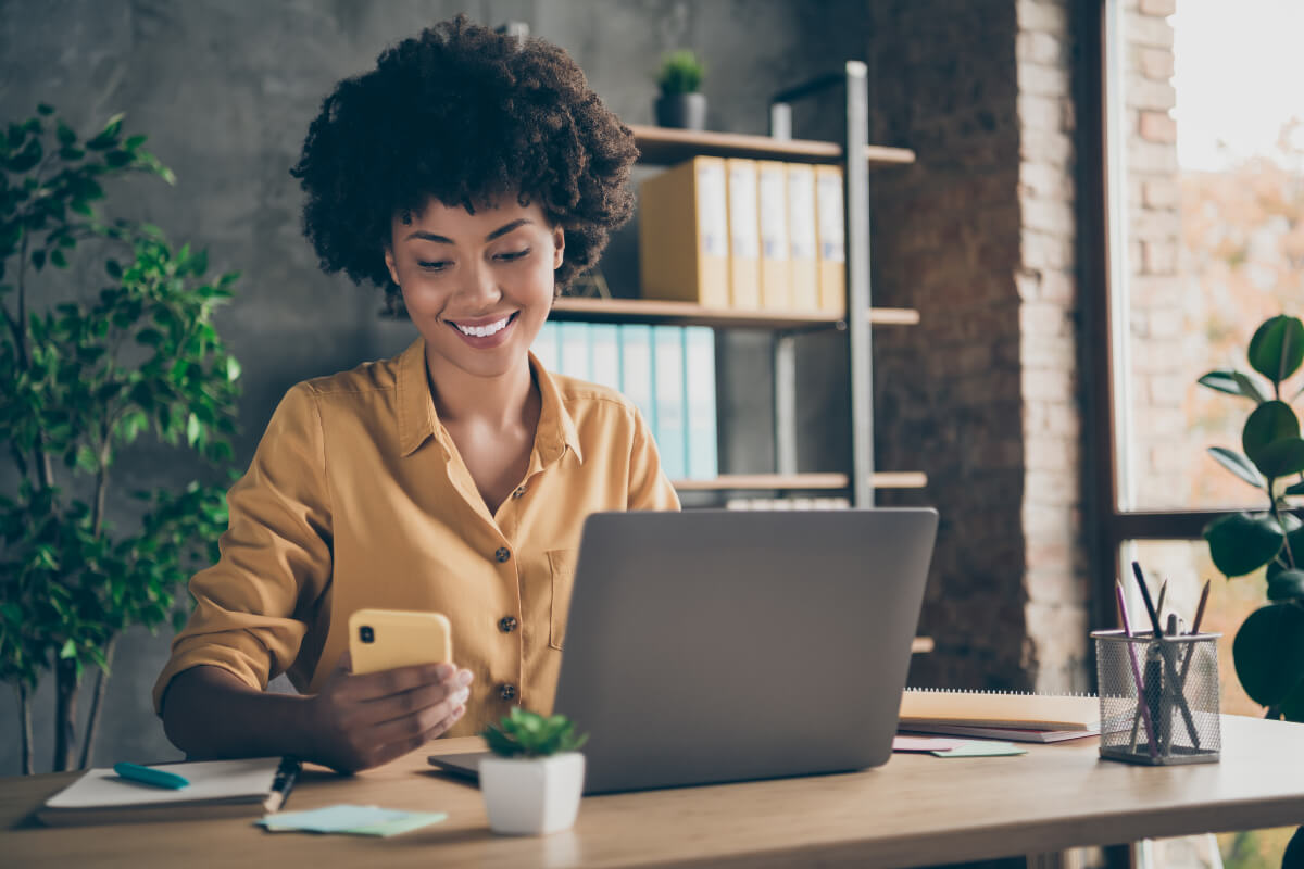 woman at laptop reviewing best investment apps